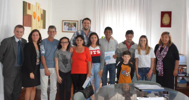 Tres estudiantes con sus familias de los 800 que asiste el sistema de becas municipales