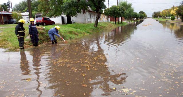 Una de las calles de la localidad de Dudignac que se anego ante la intensidad de la lluvia