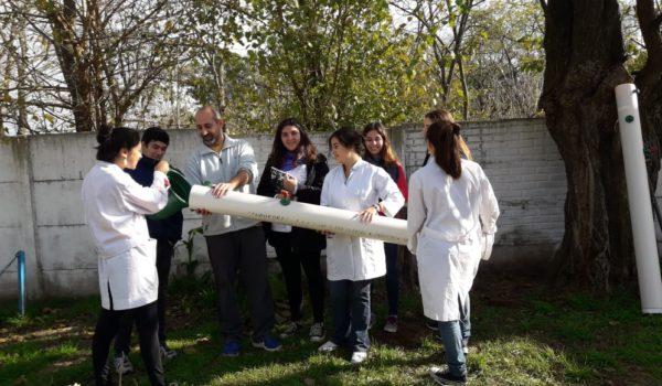Alumnos y el Dr Arnal armando el dispositivo en Dehnney