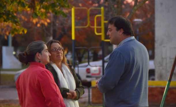 Barroso dialogando con un grupo de vecinas