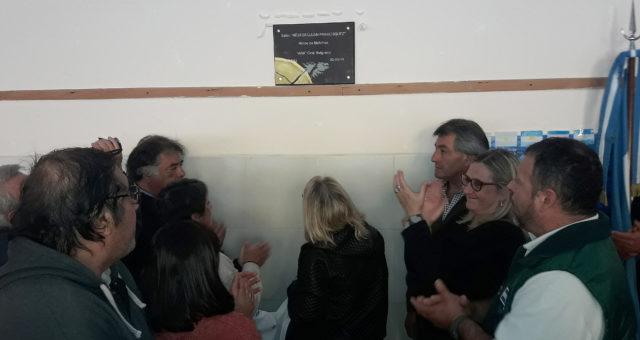 Familiares, ex combatientes, de Smata y comunidad educativa al descubrir la placa en el SUM