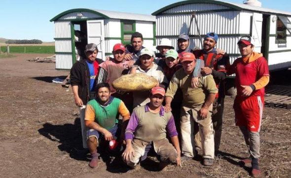 Garcia y los cosecheros junto a la sorpresiva papa