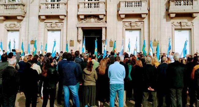 Vecinos y autoridades que se concentraron frente al palacio municipal