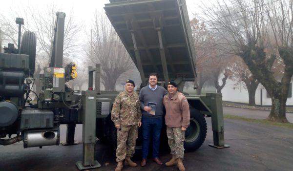 Barroso durante su visita al Grupo de Artilleria 10 Junin