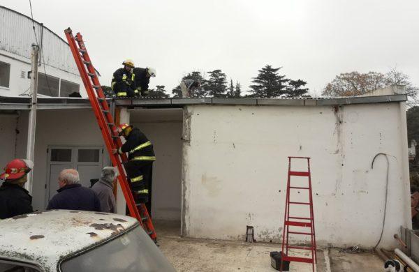 Bomberos y personal de la empresa al momento de proceder a demolar la sala