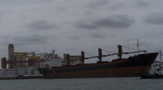 Carga de granos en Puerto Quequen. Crecieron las exportaciones agroindustriales