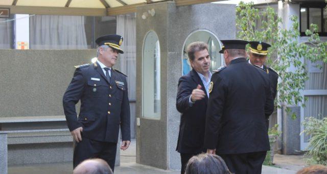 El Ministro Ritondo saludando al Comisario General Cheverry