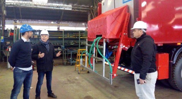 Forte en dialogo con el empresario Jorge Medica y un tecnico de la empresa