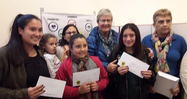 Las ganadoras del Concurso del Club de Leones junto a integrantes de la institucion