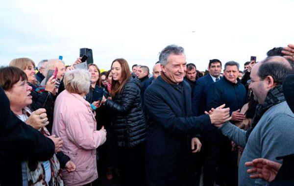 Macri y Vidal siendo saludado por vecinos de San Andres de Giles