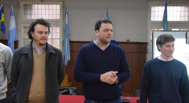 Mariano Barroso realizando la presentacion junto a capacitadores de Ojos en Alerta