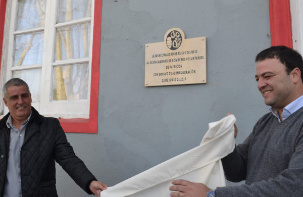 Mariano Barroso y Fabian Beltran descubren una placa en el Destacamento donada por la Municipalidad de 9 de Julio