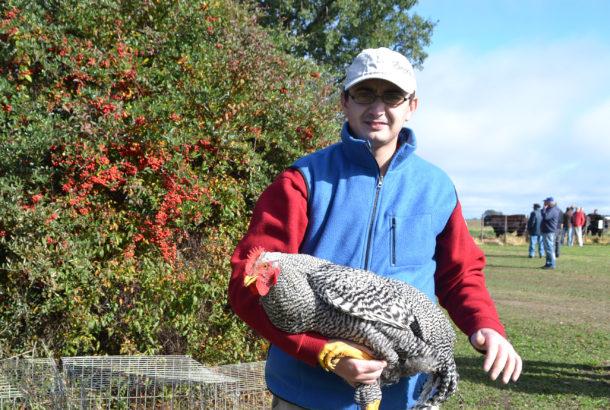 Martin Battistella junto a una de sus aves que expuso en el Remate de Santa Maria