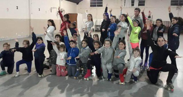 Uno de los grupo de patinadoras menores con sus entrenadoras y el Profesor Salas