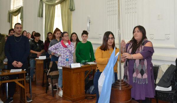 Alumnas del CENS 452 de Quiroga procedieron al izamiento de la bandera