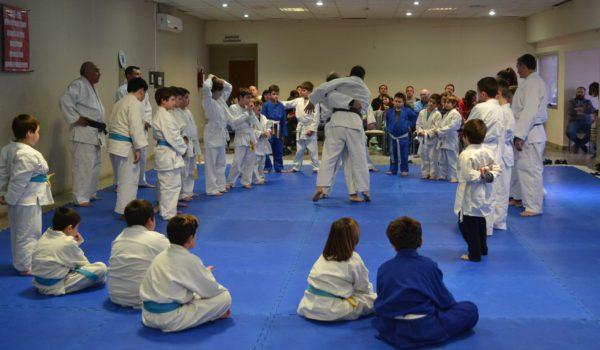 Alumnos de judo, observan una exhibicion de dos senseis en San Martin