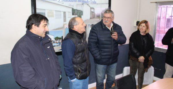 El Intendente Gatica junto a Robert, Leticia Battiata y del Frigorifico