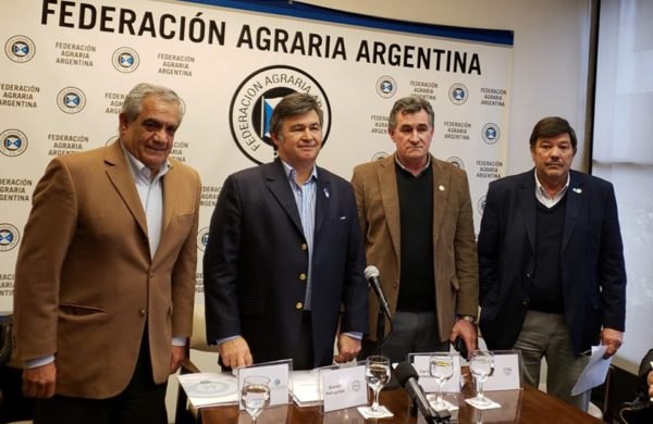 Ianizzotto, Pelegrina, Achetoni y Chiesa al dar a conocer el documento que reciben los pre candidatos a presidentes