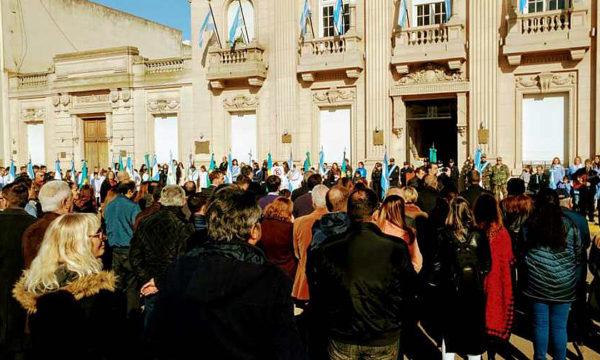 Publico asistente al acto desarrollado frente al Palacio Municipal
