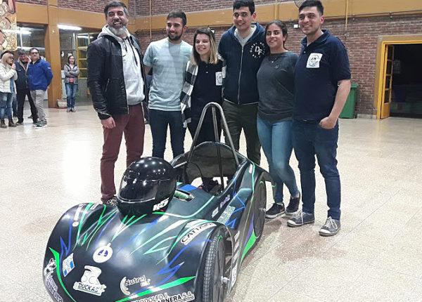 Alumnos que ingresan a boxes, pilotos junto a los profesores Emiliano Genitle y Carlos Brangeri