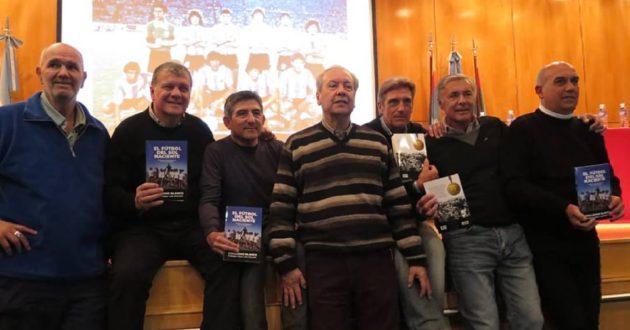 Blanco junto un grupo de ex campeones del 79, Seria, Rinaldi, Escudero, Simón, Bachino y García
