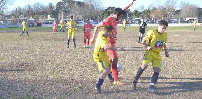 Choy Gonzalez se lleva la pelata ante la marcad de dos jugadores de Once Tigres