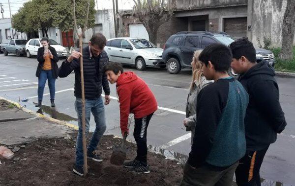 Los alumnos de la Secundaria 10 en Barrio Diamantina colocaron un arbol