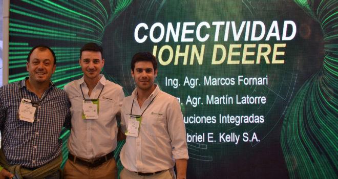 Marcos Fornari, Martin Latorre y un productor John Deere certificado