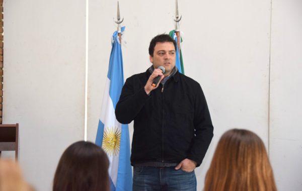 Mariano Barroso dirigiendose a los docentes presentes