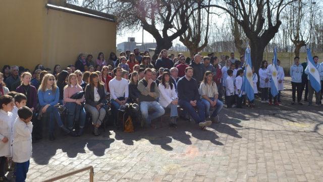 Vecinos, autoridades y alumnos durante el acto en El Provincial