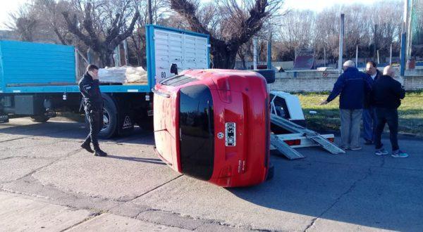 Vehiculo que termino volcado sobre la cinta asfaltica