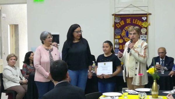 Ludimila recibio su diploma y premio de un concurso literario del Club de Leones