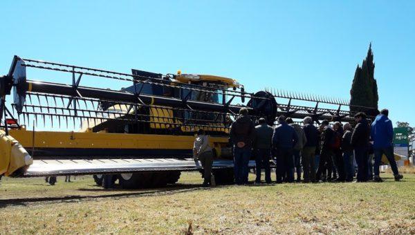 Operadores de cosechadoras durante la capacitacion