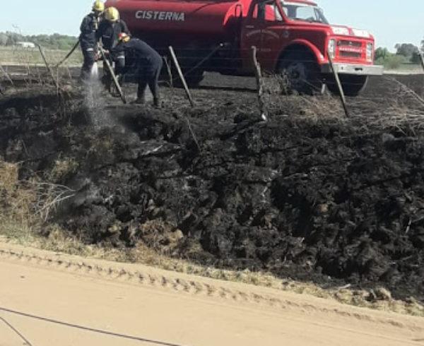 Bomberos de 9 de Julio trabajando en el lugar de incendio