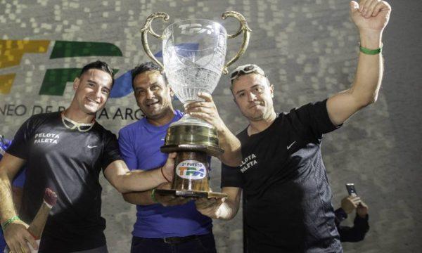 Corna y Bezek levantando el trofeo de campeon