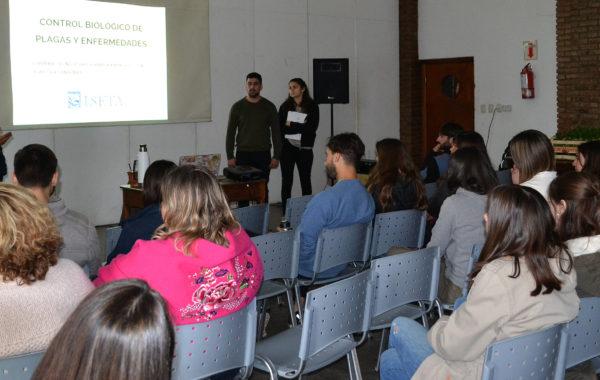 El Ing Romano y alumnos de la materia de Fitopatologia durante la charla