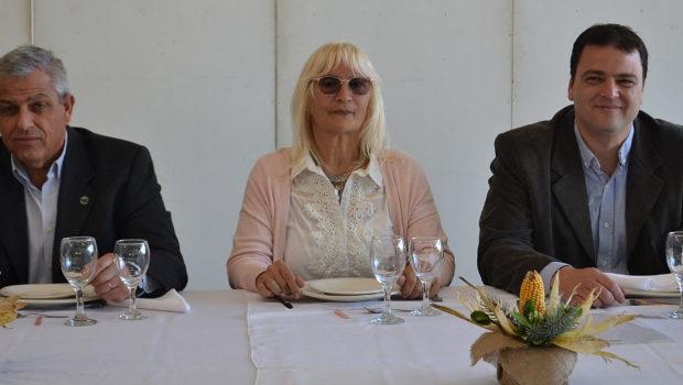 Graciela Vadillo secundada por el Intendente Mariano Barroso y el Pro Secretario de CARBAP, Fernando Borrachia