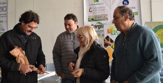Graciela Vadillo y Aldo Esteban entregaron un presente al Ministro en su visita a la muestra
