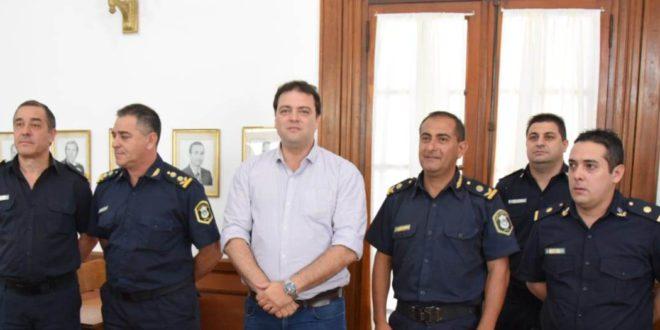 Barroso junto a integrantes de la Jefatura Departamental y nuevos jefes de Policia en 9 de Julio
