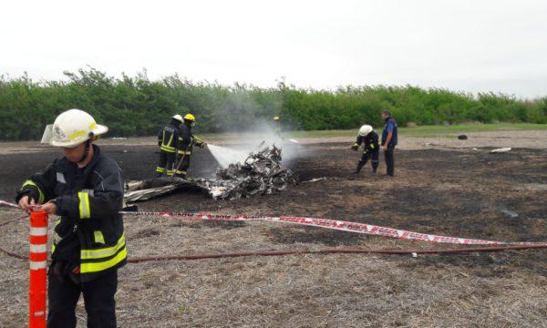 Bomberos de Venado Tuerto trabajando sobre los restos de la avioneta