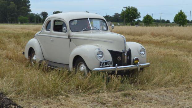 Coupe Ford V8 de 1940 haciendo su paso