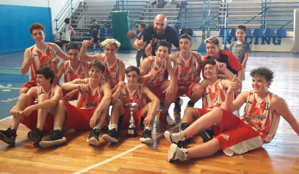 El equipo U15 de Atletico 9 de Julio, celebrando junto a Matias Figueiras y el trofeo obtenido