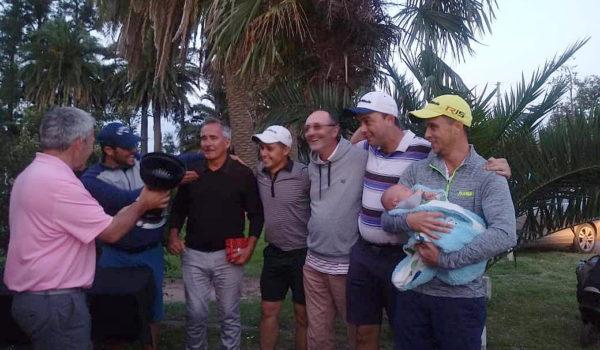 El equipo del Golf Club Atletico 9 de Julio al momento de recibir el trofeo de campeon