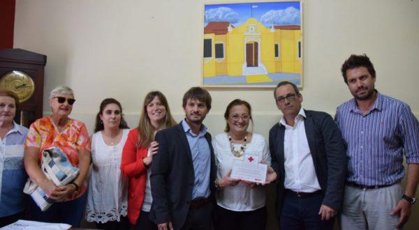 Elisa Gutierrez recibiendo de manos de autoridades del Banco Galicia el subsidio para la compara del instrumental medico
