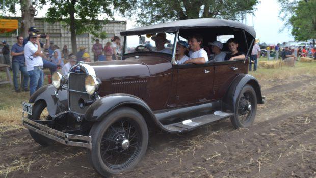 Juanchi Iriarte con su Ford y el disfrute de la familia que pasea