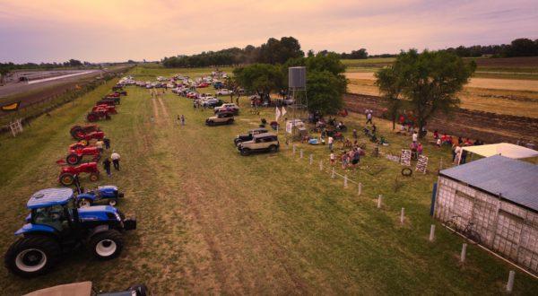 Mas de 20 tractores y unos 50 automoviles de todas las marcas y modelos presentes – Foto Suma Productora