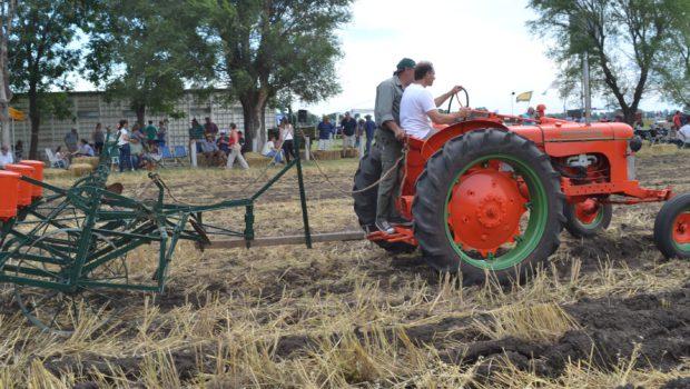 Tractor Internacional y sembradora Oliver