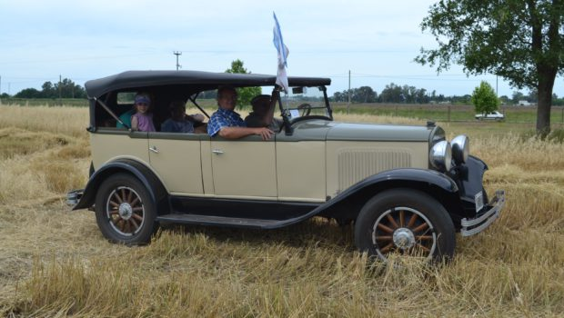 Una familia disfruta el paso del Ford de Olivera