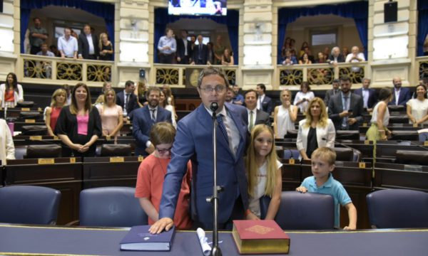 Mauricio Vivani este lunes 9 dando su juramente y acompañado de sus tres hijos