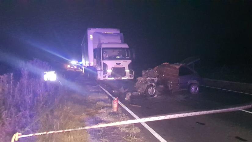 Ruta 65: Dos muertos al embestirse frontalmente un auto y un camión